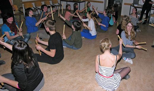 Kamp 12 16 stokkendans.JPG